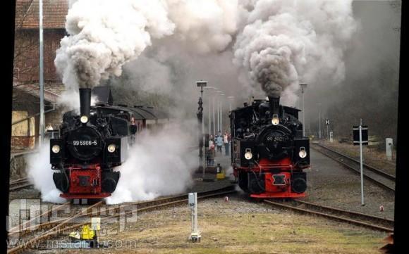 صور جميلة وغريبة وطريفة قطارين في خط واحد .... قوية