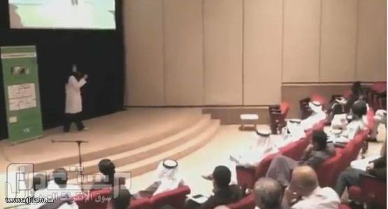 بالفيديو..سعودية تشعلل القصيد أمام الرجال وتشعل مسرح كلية الاسنان بجدة والت