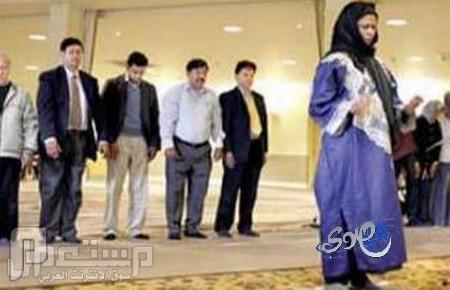 برلماني يمني يصلي مع زوجته في مسجد الرجال