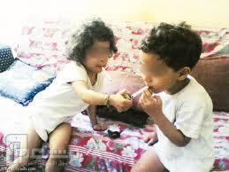 اطفال يشربون معسل الشيشة .