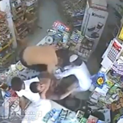 من أفجع الجرائم : بالفيديو..خنق عامل تموينات والسطو على المحل جهارا نهارا ب