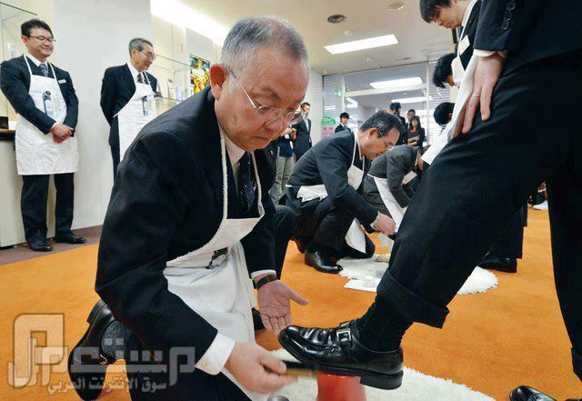 مديرك يمسح حذائك!!!