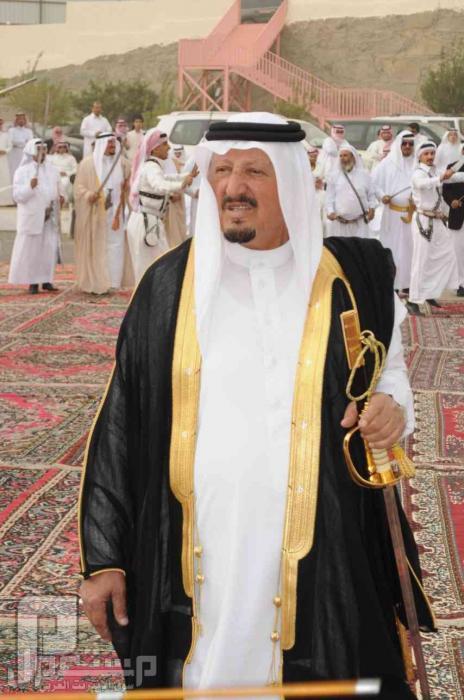 ملك البحرين وامير الكويت وامير مكة يؤدون عرضة رجال الحجر في عسير قبل 25 عام امير بنى شهر تركى بن شاكر الشهري