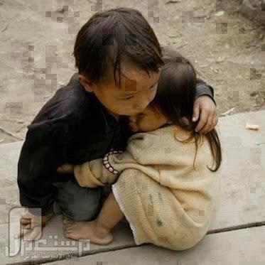 «صورة مؤثرة».. طفل من بورما يحتضن أخته الصغرى >>>