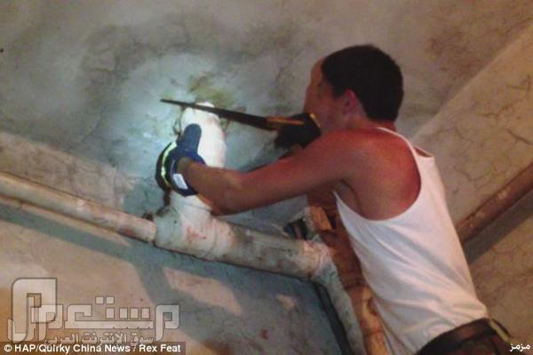 بالصور: إنقاذ رضيع ألقى في ماسورة للصرف الصحي بالصين