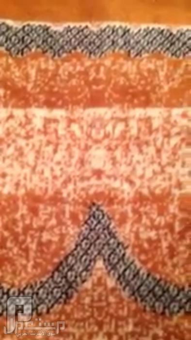 سجاده عليها رسمة صنم البوذي والكعبه تشتعل ناظر الجسم كامل مع التاج فوق الراس