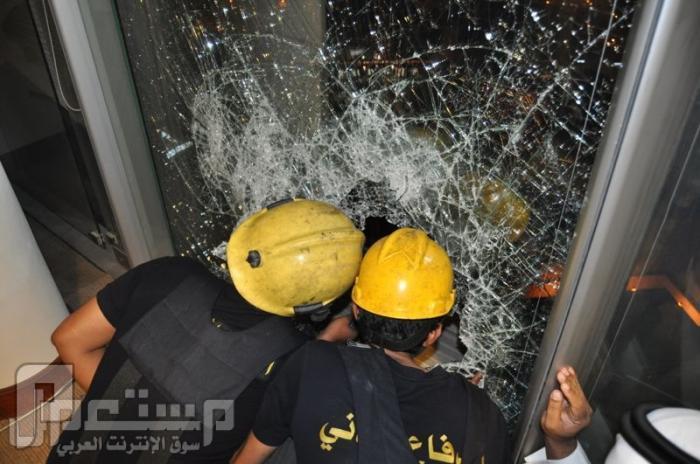 بالصور .. إنقاذ مقيم عَلِقَ بالدور العاشر في برج الفيصلية بالرياض