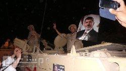 الجيش المصري يرفع صور مرسي وأنصاره فوق المدرعات يهتفون ضد السيسي .. فيديو