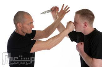 كيف تتخلص من شخص يهاجمك بسكين