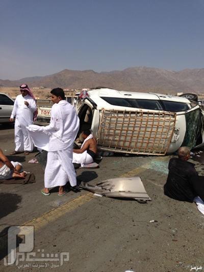 صور: إصابة 8 معتمرين في حادث تصادم حافلة مع سيارة بطريق الكر