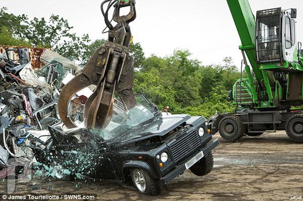 الجمارك الأمريكية تحطم سيارة لاند روفر بسبب الوسادة الهوائية – صور وفيديو