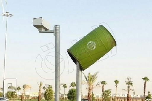 تغطية كاميرات ساهر في تبوك ببرميل نفايات