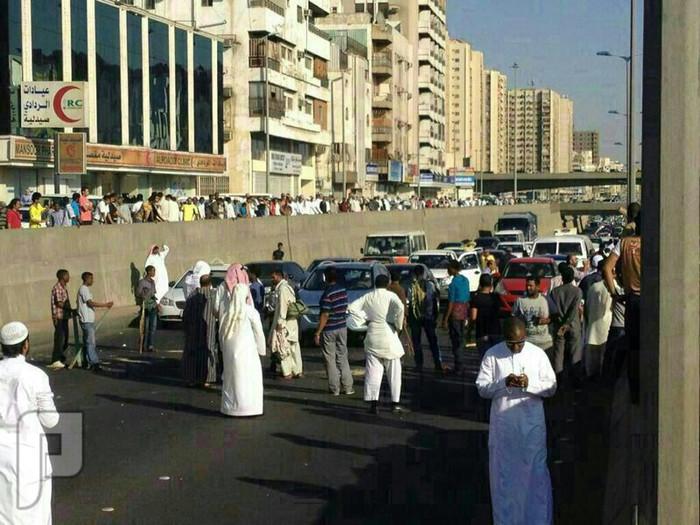 """""""مخالفون"""" يثيرون فوضى في جدة ويغلقون شارع الستين"""