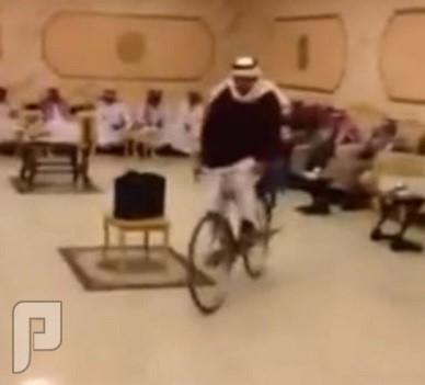 """سعودي يفاجئ المدعوين بدخوله قاعة زفافه على """"دراجة هوائية"""
