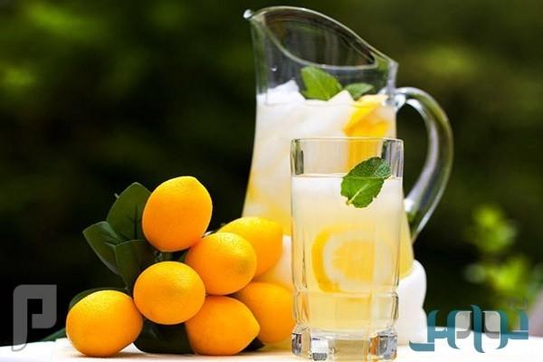 فوائد شرب كوب من الماء الدافئ مع الليمون صباحاً