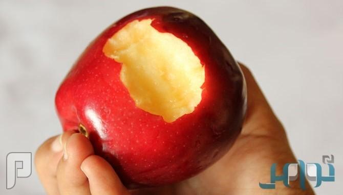دراسة: أكل التفاح أفضل وسيلة للتخلص من روائح الفم الكريهة
