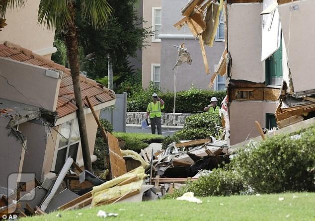 حفرة عميقة تبتلع مبنى فى فلوريدا بالقرب من عالم ديزني . غرائب وعجائب