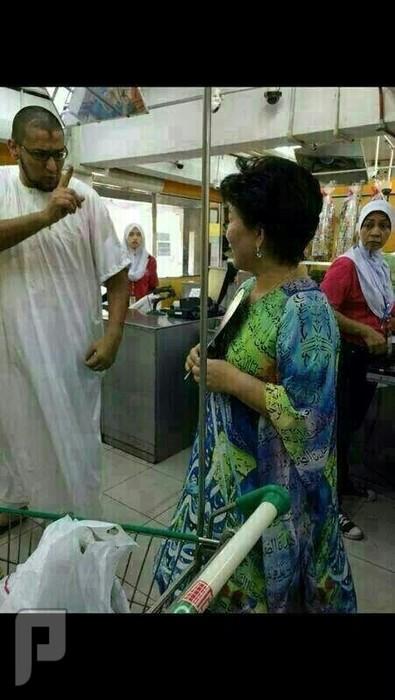 ماذا فعل هذا الرجل مع المرأه التي بالصورة