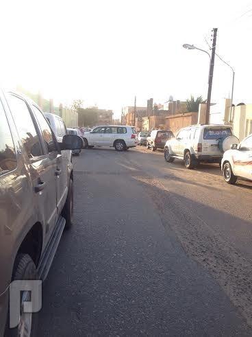 مدير مدرسة بالخرمة يغلق الطريق بسيارته لحماية طلابه من المفحطين