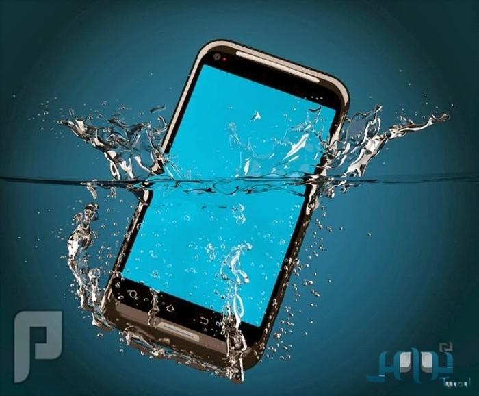 ما الحل إذا وقع هاتفك المحمول في الماء؟!
