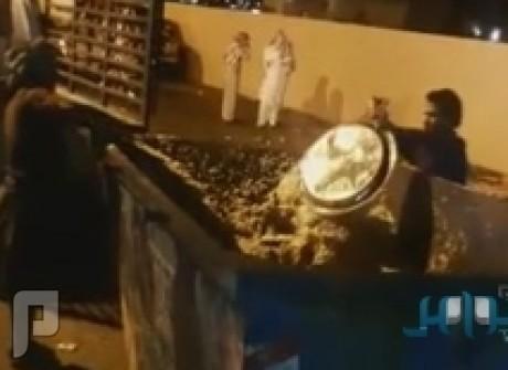 مقطع فيديو يُظهر عدداً من العمال بأحد قصور الأفراح وهم يرمون كميات كبيرة من