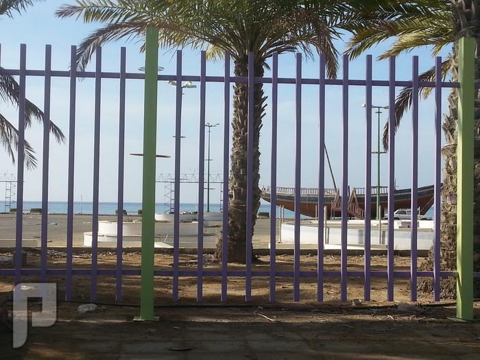 مناظر وصور من ينبع البحر الينبعاوية يصنعون السفن على الكورنيش خلف الشبك