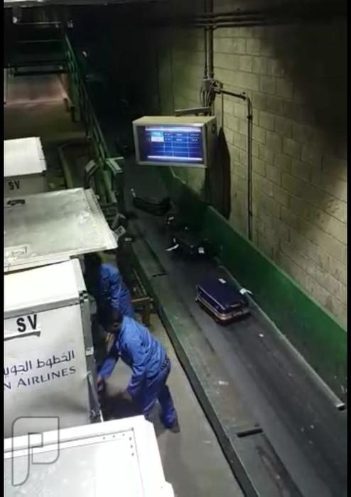 شوف عمال الخطوط السعودية ماذا يفعلون بشنط المسافرين