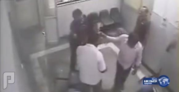بالفيديو: علقة ساخنة لطبيب فشل في إنقاذ حياة مسن