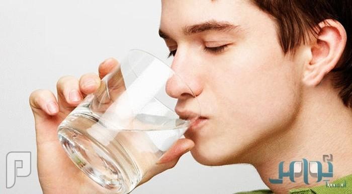 هل شرب الماء أثناء الأكل يضر بالهضم؟