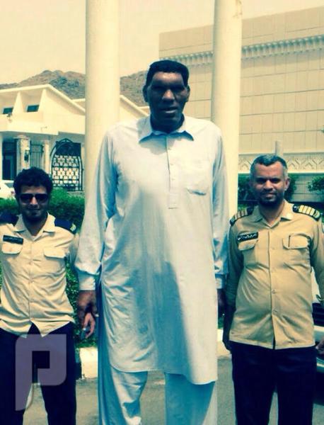 أطول رجل في العالم يتجول بمعرض عمارة الحرمين