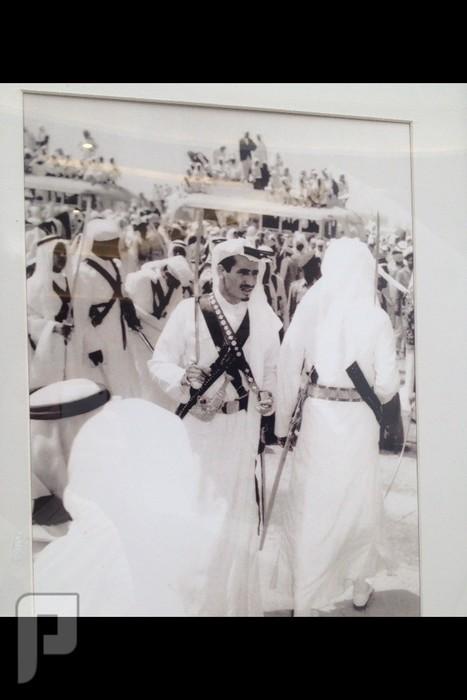 من هو صاحب الصوره طبعاً مدري ليه وجه اللي ورا عاليسار ممسوح بس مش