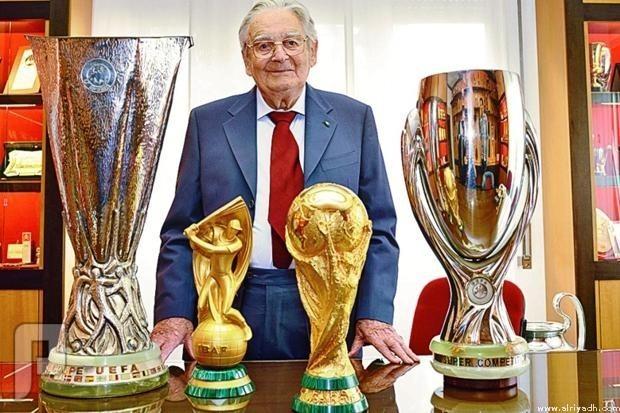 وفاة مصمم «كأس العالم» عن عمر يناهز 95 عاماً وفاة مصمم «كأس العالم» عن عمر يناهز 95 عاماً