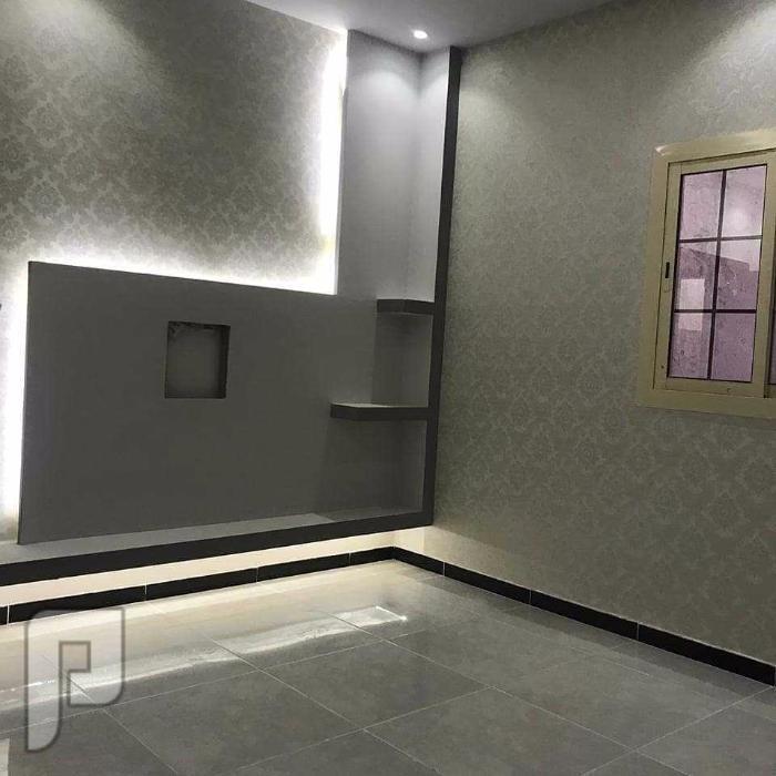 شقه اربع غرف خلفيه + صاله + مطبخ + ثلاث حمامات + موقف خاص + خزان مستقل سفلي