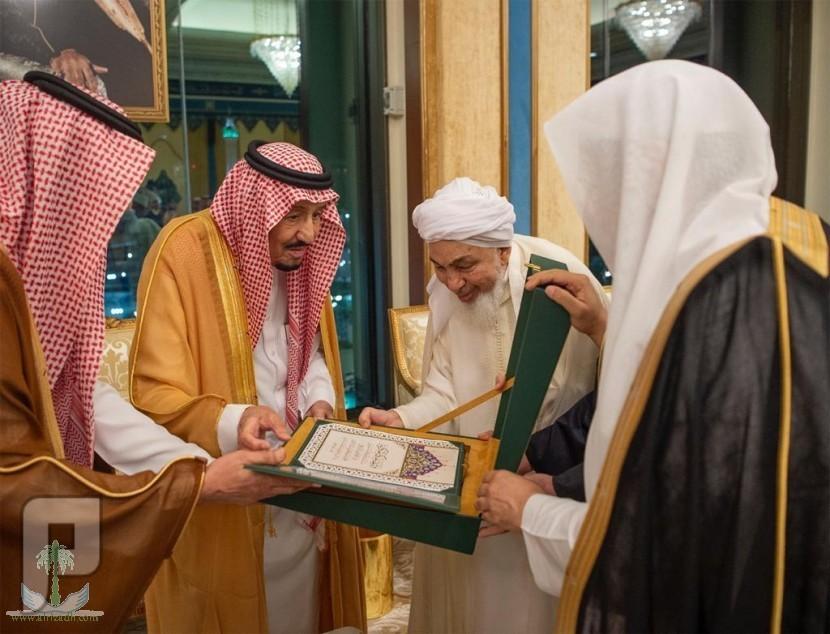 خادم الحرمين الشريفين يتسلم وثيقة مكة المكرمة