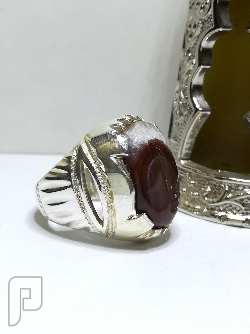 خاتم انيق عقيق يماني ابيض متداخل مع اللون البني