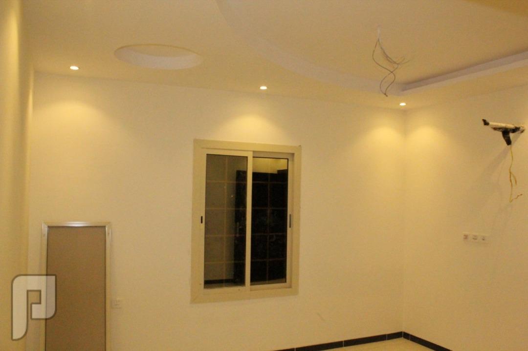 شقه 4غرف للبيع بجده : تتكون من 4غرف نوم+3دورات مياه +صاله+ مطبخ بمساحه 135م