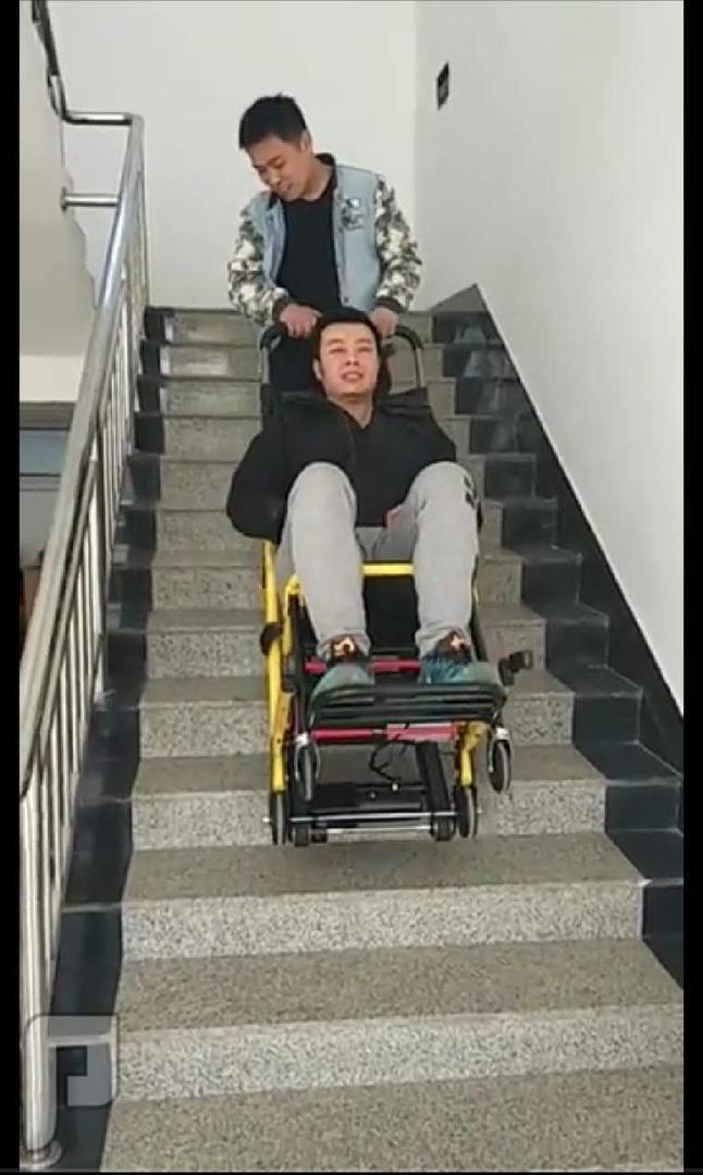 كرسي درج لكبارالسن وذوى الهمم لصعود ونزول الدرج