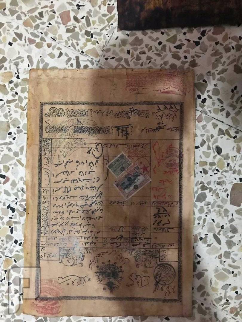 ورقة نادرة موثقة من القرآن الكريم  تاريخ 11 هجري صورة وجه المغلف الموضوعة فيه الورقة