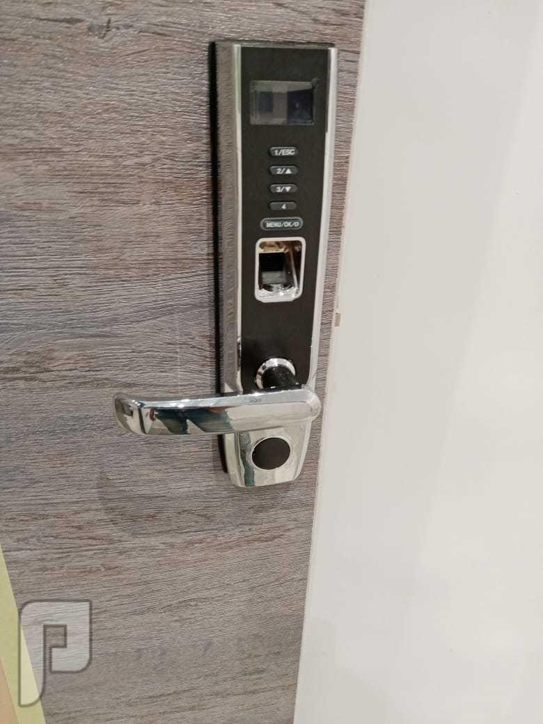 قفل ذكي للابواب الخشبية و الشقق الفندقية