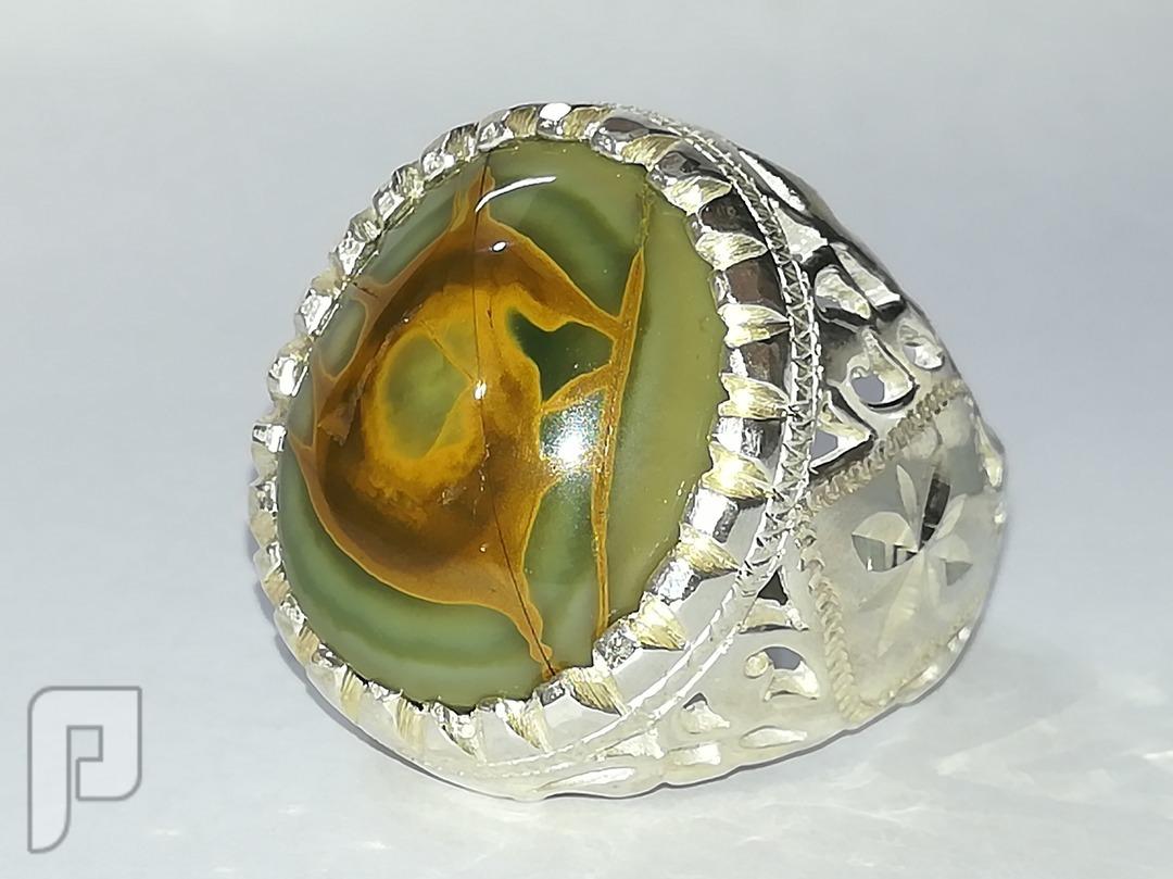 خاتم عقيق يماني طبيعي تفاحي اللون مصور