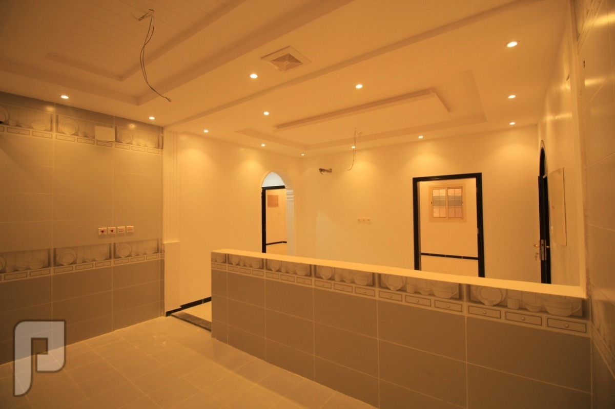ملحق روف 5 غرف مع السطح للبيع في جده بسعر لقطه