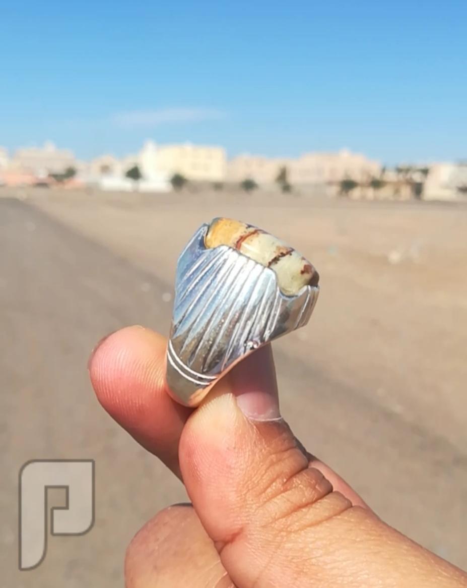 خاتم عقيق يماني قمحي طبيعي فيه اكثر من لون