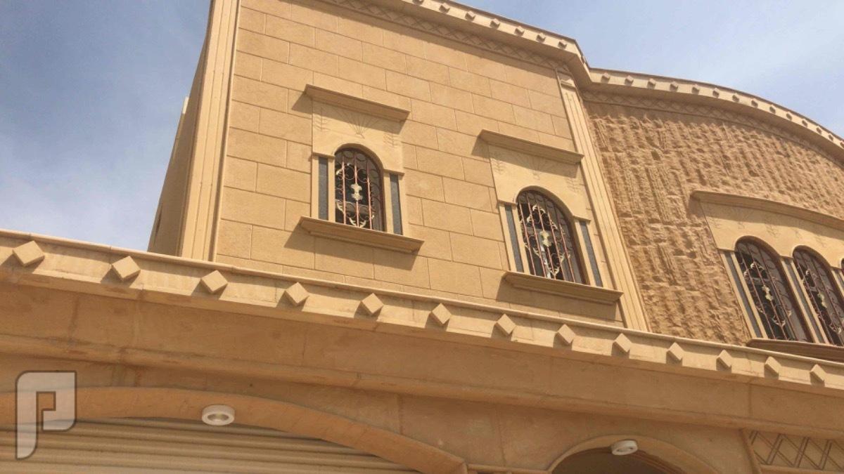 فيلا بحي العزيزية درج صالة و3شقق مساحة 500 متر نظيفة مرة
