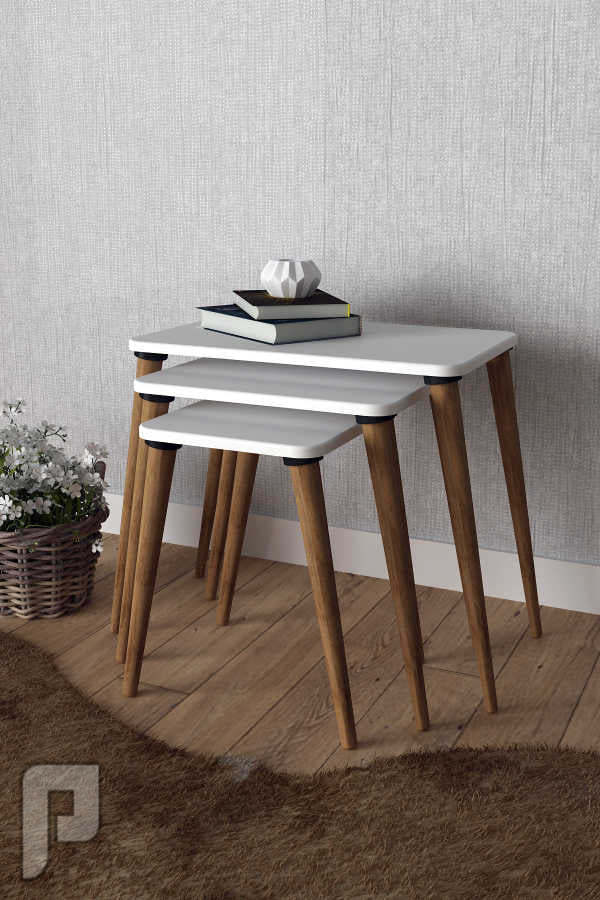 طقم مكون من ثلاث طاولات خدمة بتصميم عصري وعملي.