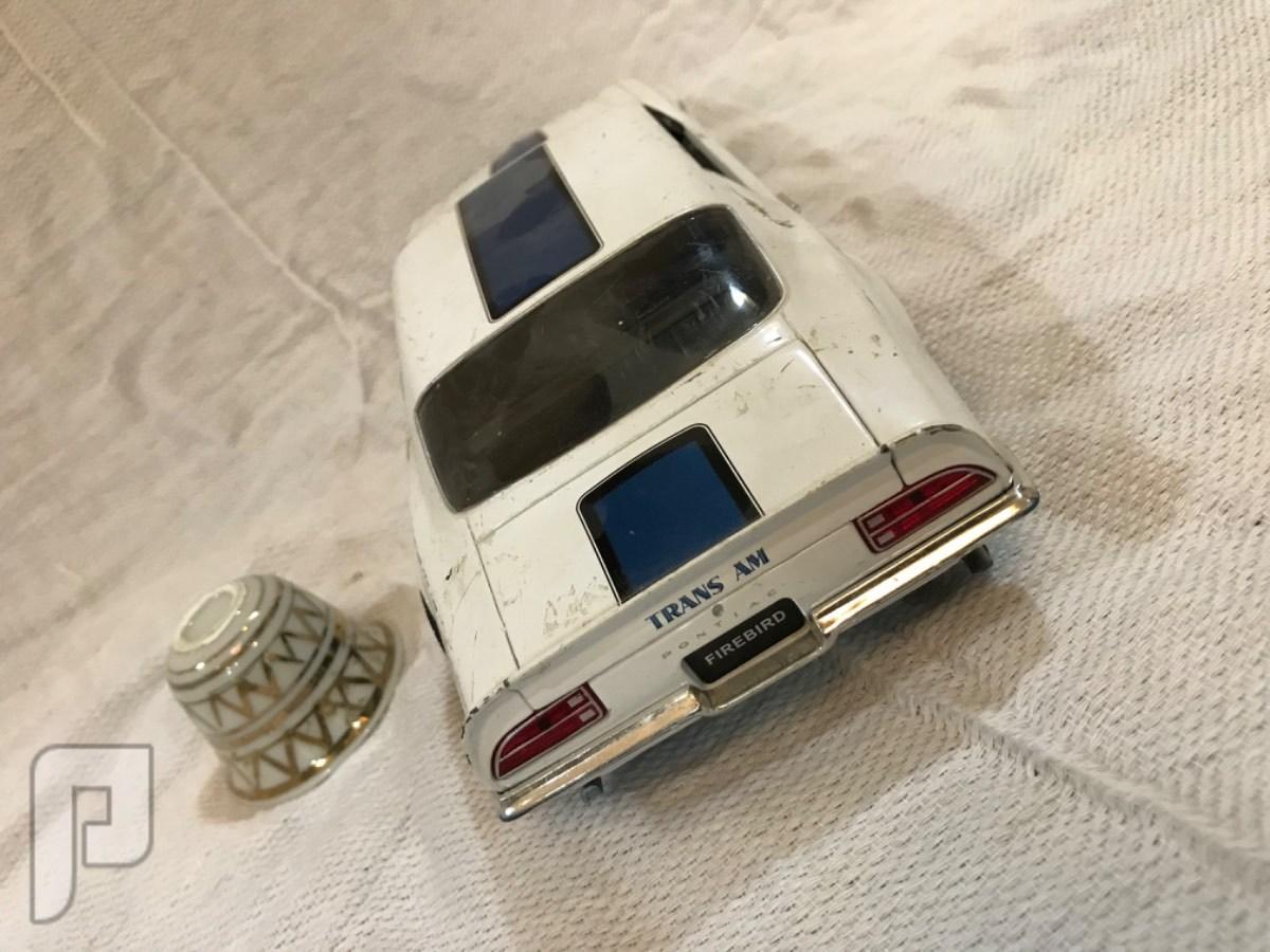 نموذج سيارة كلاسيكيه موستنق حديد قديمه ابوابها تفتح وفيها تفاصيل داخليه