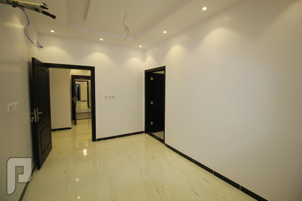 شقه 5 غرف كبيره اماميه للبيع من المالك مباشره