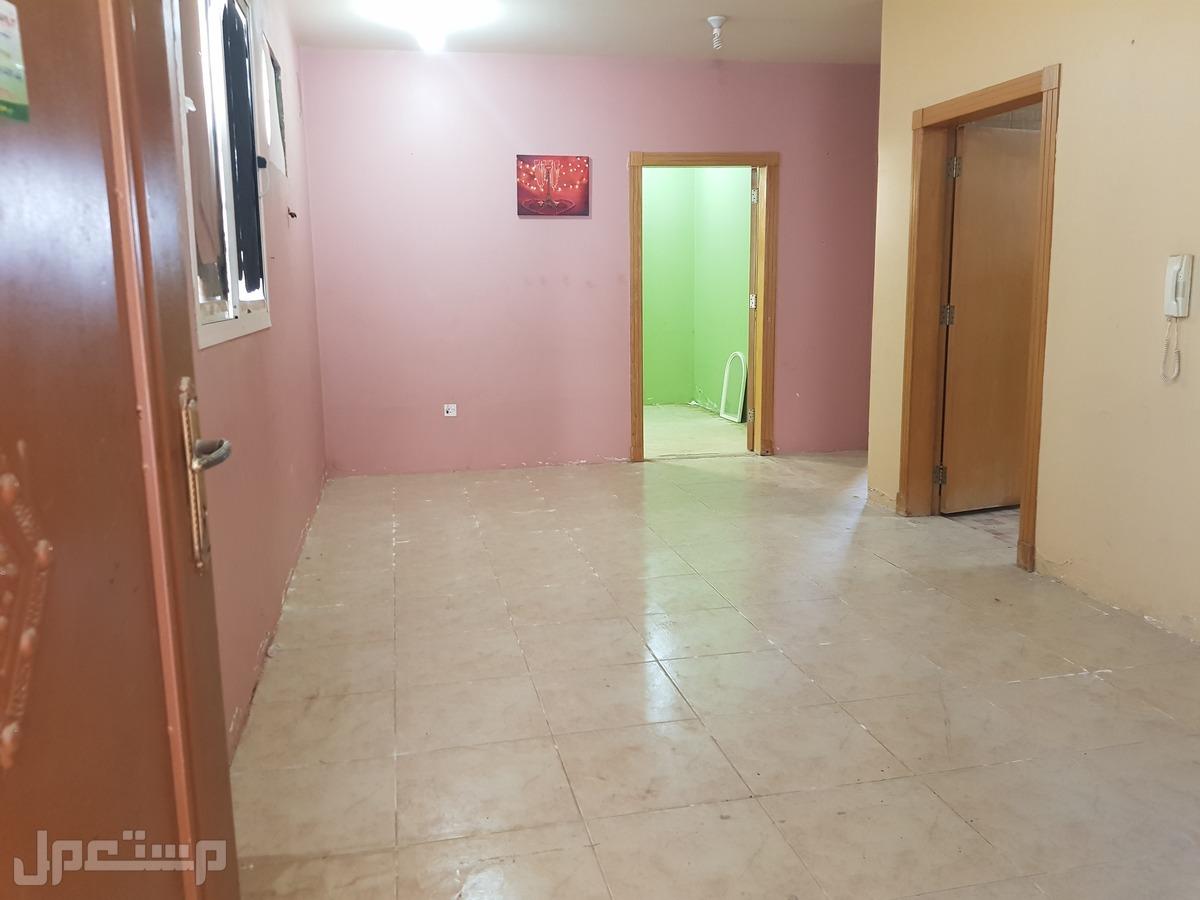 شقة للإيجار غرفتين وصالة ومطبخ بكهرباء وماء مجانا ب1300شهريافقط