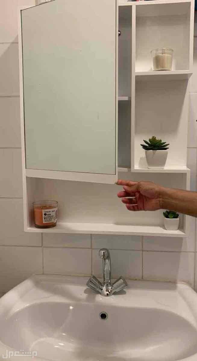 مراية وصيدلية وخزانه للمغاسل مرتبه بشكل جمالي مميز المستودع خلف المرآية