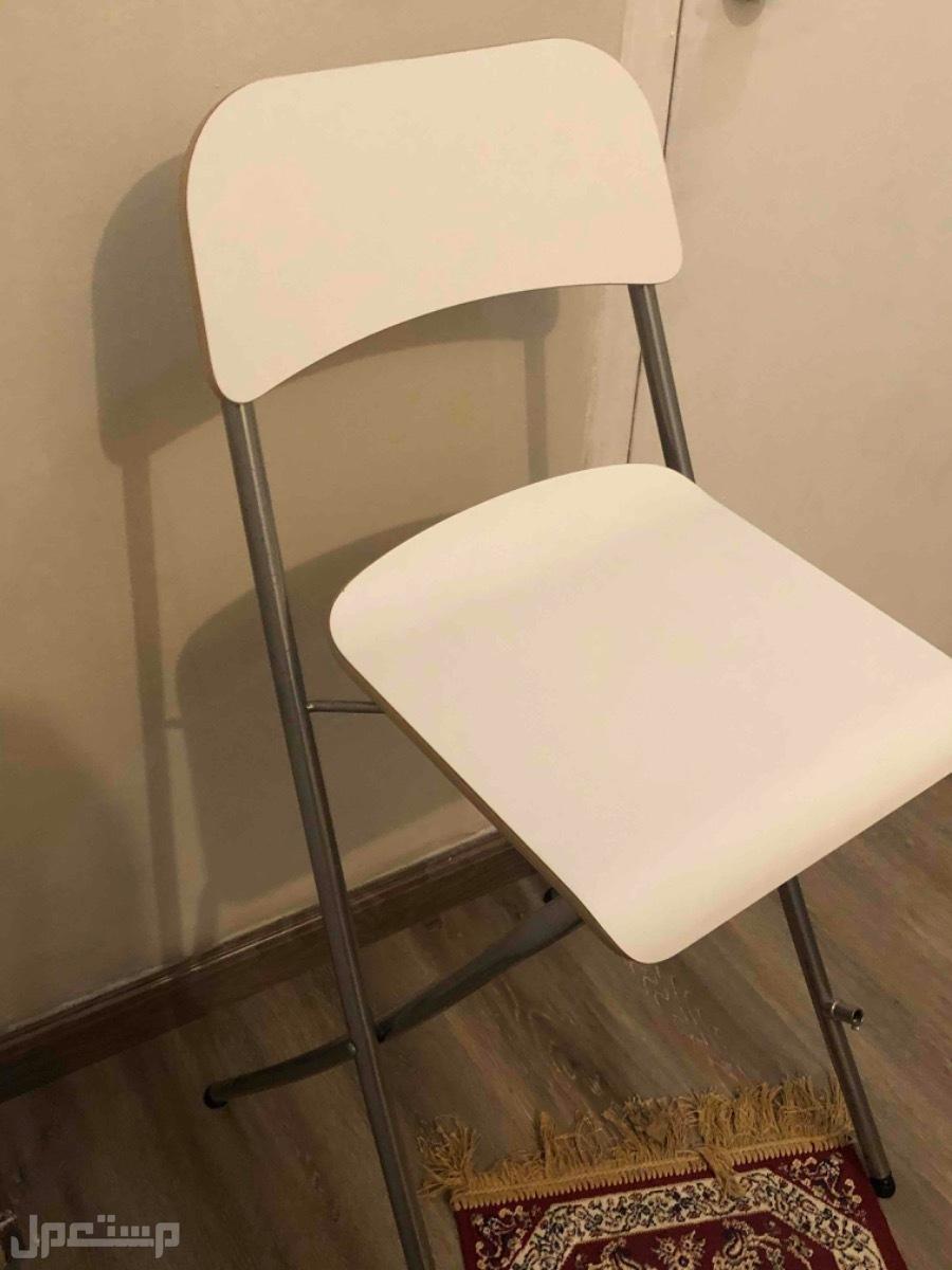 كرسي ابيض قابل للطيئ