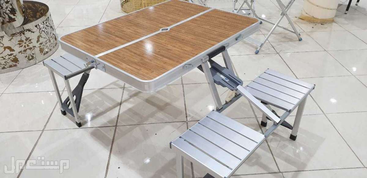 طاولة شنطة معها اربع كرسي للرحلات
